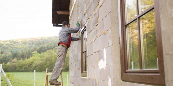 man-plastering-p43rnna_optimized